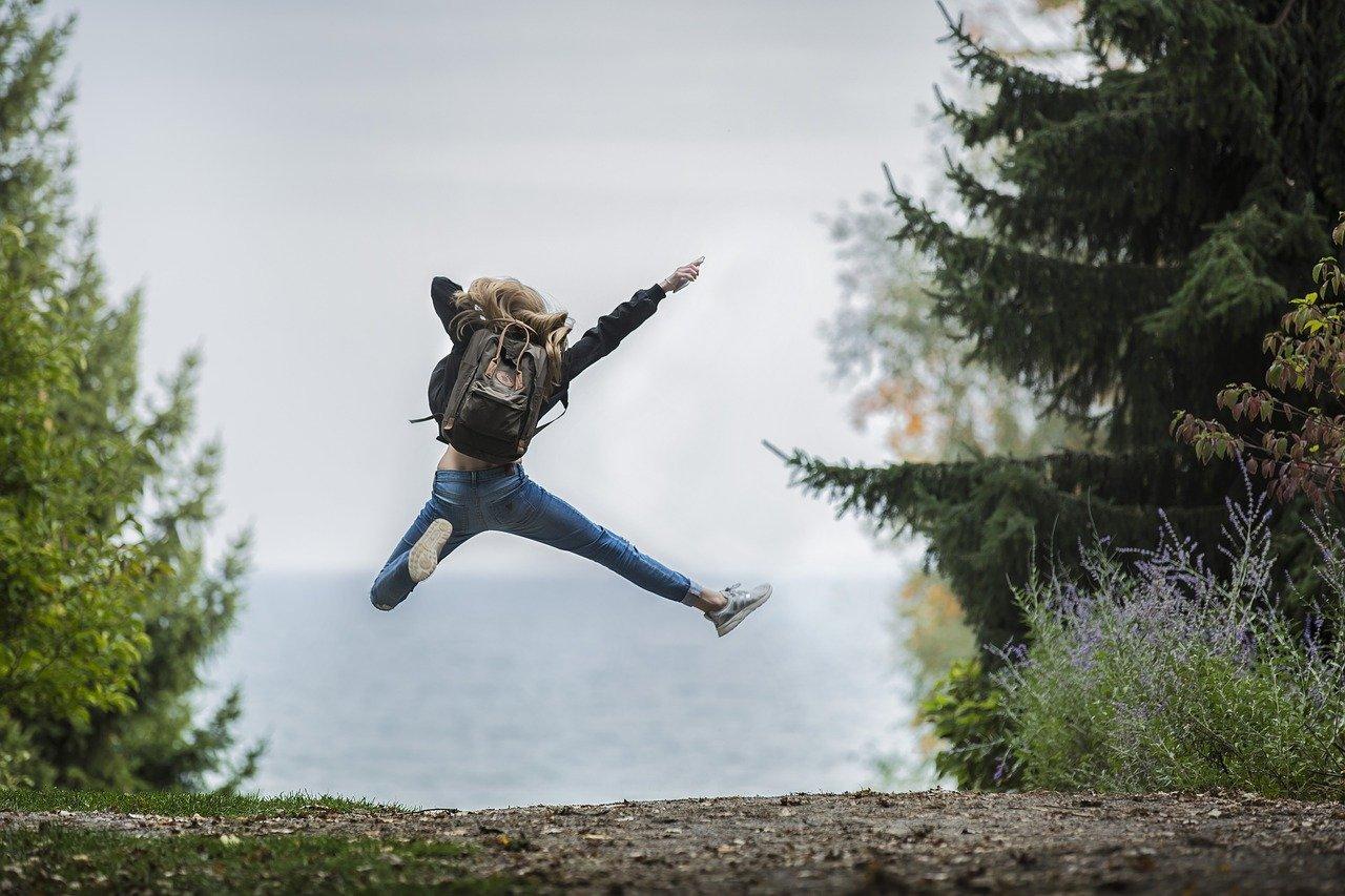 Sportrucksack Frau springt vor Glück toller Rucksack
